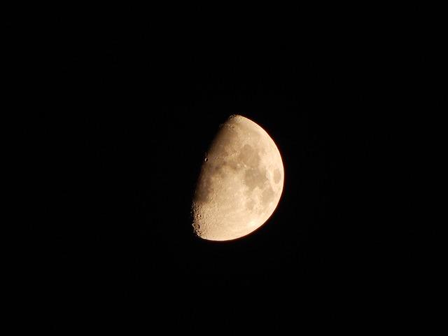 moon-1056884_640